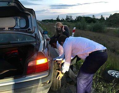 """Trzaskowski pomógł wymienić koło w samochodzie. """"Rafał, przed robotą..."""
