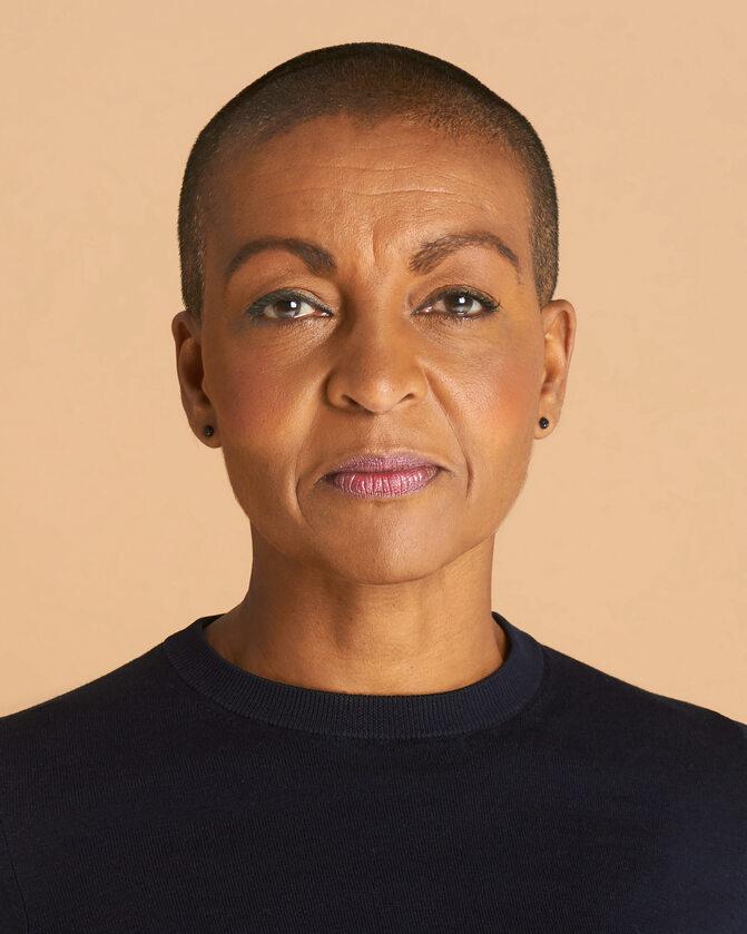 Adjoa Andoh Adjoa Andoh, jedna z czołowych brytyjskich aktorek, jest obecnie na szczycie popularności, dzięki roli Lady Danbury w najpopularniejszym serialu Netflix Bridgertonowie, za którą została nominowana do NAACP Image Awards w kategorii Najlepsza Aktorka Drugoplanowa. Na małym ekranie w 2020 roku zachwyciła jako Dr Isaccs w thrillerze psychologicznym Trauma. W zeszłym roku dołączyła również do obsady serialu BBC1 Milczący świadek, w którym gościnnie zagrała twardą policjantkę Ninę Rosen.  Adjoa jest uznaną aktorką teatralną, znaną z głównych ról w Royal Shakespeare Company, The National Theatre i legendarnym Shakespeare's Globe Theatre, gdzie w 2019 roku była pomysłodawczynią, współreżyserką i odtwórczynią jednej z ról w sztuce Ryszard II.  W Hollywood zadebiutowała w 2009 roku, grając u boku Morgana Freemana rolę szefowej sztabu Nelsona Mandeli, Brendy Mazibuko, w biograficznym filmie sportowym Clinta Eastwooda Invictus – Niepokonany.  Jest niekwestionowaną królową słuchowisk radiowych, od ponad 30 lat występuje w radiu BBC i jest wielokrotnie nagradzaną narratorką ponad 150 audiobooków.   Adjoa Andoh jest Artystką Stowarzyszoną w Royal Shakespeare Company, Starszą Artystką Stowarzyszoną w The Bush Theatre i Ambasadorką Fairtrade.