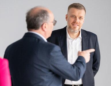 Adrian Zandberg prowokuje krytyków zdjęciem z Orlenu? Posypały się gromy