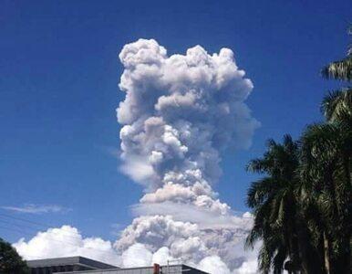 Słup popiołu nad wulkanem, erupcja może nastąpić w każdym momencie....