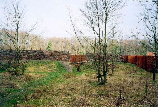 Wrzesień 9 n.e.Bitwa w lesie Teutoburskim. Stoczona pomiędzy germańskimi   plemionami pod wodzą Aminiusza, a wciągniętymi w zasadzkę trzema legionami   rzymskimi dowodzonymi przez Publiusza Kwinktyliusza Warusa. (fot. Markus Schweiß/CC 3.0)