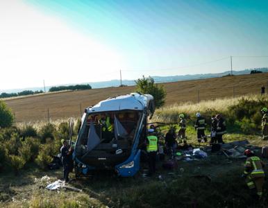 Autokar z dziećmi spadł ze skarpy na A1. Uruchomiono specjalną infolinię...