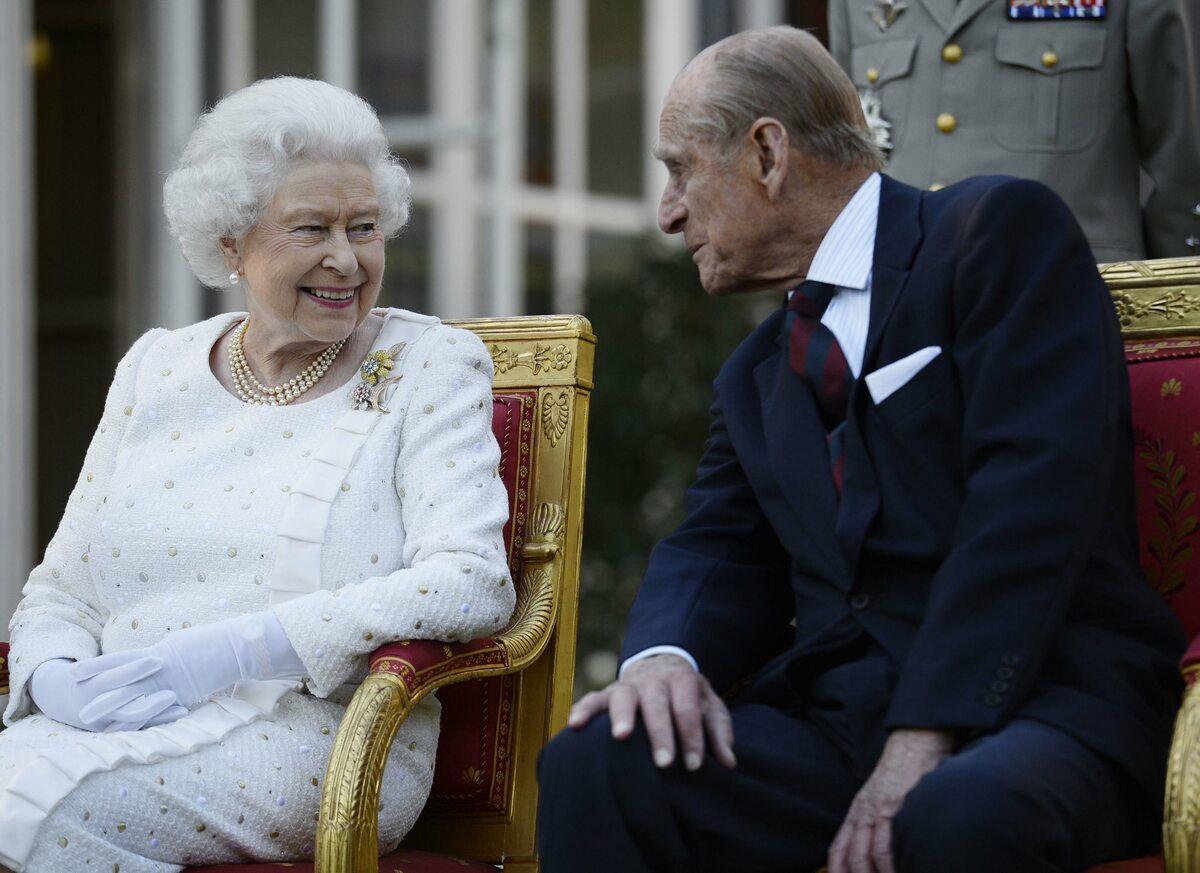"""Książę Filip i królowa Elżbieta II przez lata """"Książę Edynburga był kochającym mężem, oddanym ojcem, dziadkiem i pradziadkiem"""" - podkreśla rodzina królewska, publikując zdjęcia."""