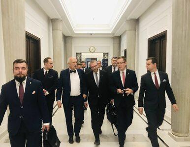 Posłowie publikują zdjęcia z Sejmu. W oczy rzucają się ławy Konfederacji