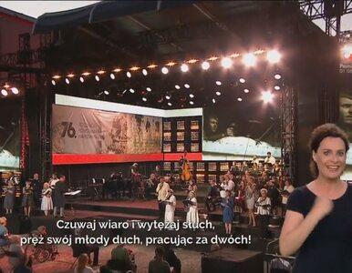 """Tłumaczki języka migowego """"skradły show"""" w trakcie koncertu na cześć..."""