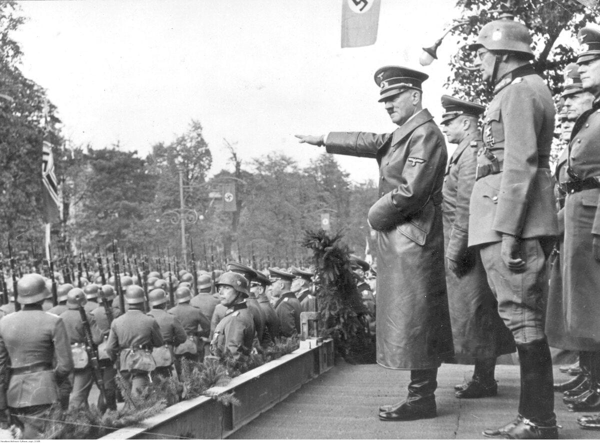 Adolf Hitler przyjmuje defiladę wojsk niemieckich w Alejach Ujazdowskich w Warszawie Widoczni także: gen. Gunther von Kluge (2 z lewej), gen. Maximilian von Weichs (w hełmie), gen. Fedor von Bock (2 z prawej)