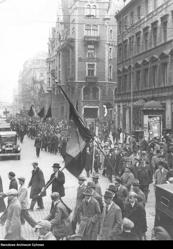 Wiec Polskiej Partii Socjalistycznej w Warszawie podczas obchodów święta 1 Maja (1 V 1931 r.). Pochód ze sztandarami na ul. Sienkiewicza