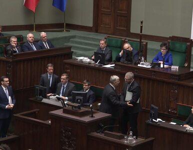 """Grzegorz Braun usiłował """"skraść show"""" Morawieckiemu. Interweniowali..."""