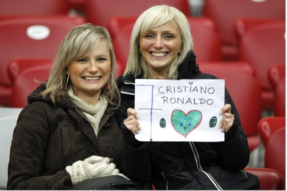 Niektórzy przyszli na mecz niekoniecznie ze względu na miłość do futbolu... (fot. Leszek Szymański/PAP)