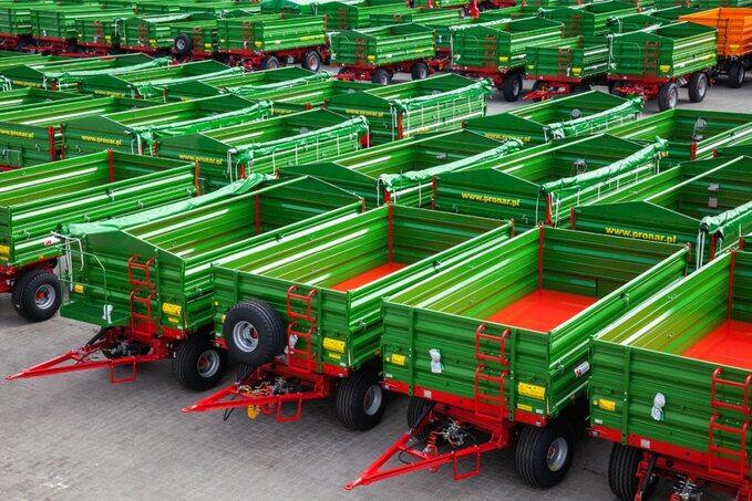 Transporty przyczep rolniczych opuszczają firmę niemal każdego dnia. Pronar jest niekwestionowanym liderem ich sprzedaży wPolsce, zsilną pozycją poza jej granicami