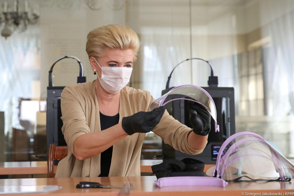 Agata Kornhauser-Duda montuje przyłbice medyczne