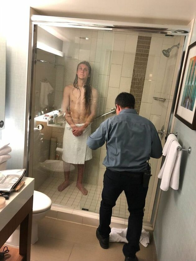Przez trzy godziny był uwięziony w kabinie hotelowego prysznica