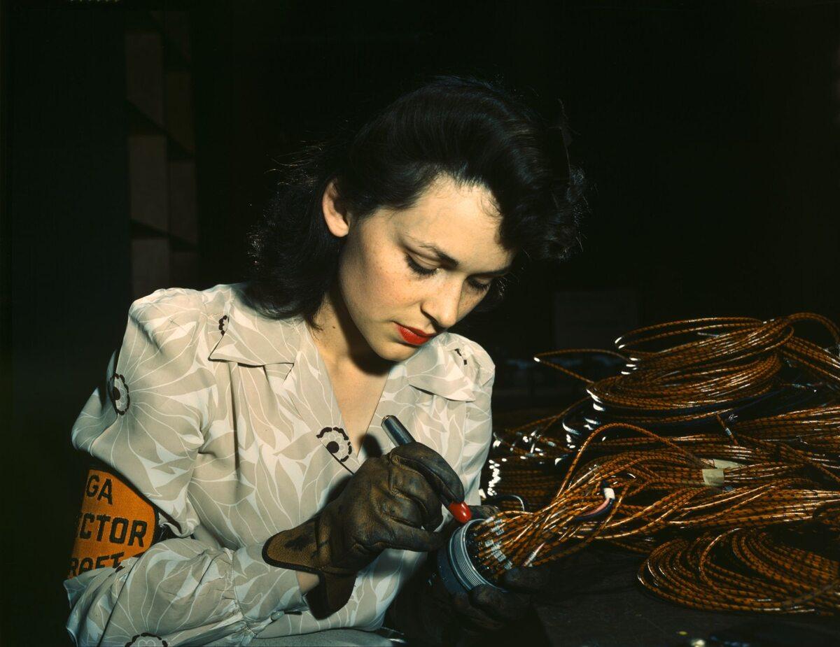 Pracownica zakładów lotniczych (1942 r.)
