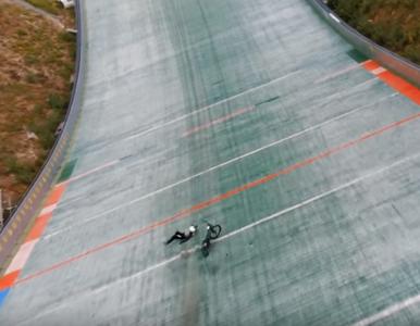 Skakał na rowerze ze skoczni narciarskiej. Jest nagranie z groźnym...