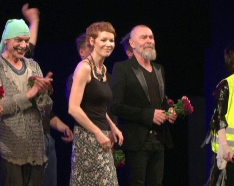 Dorota Masłowska obsypana kwiatami na premierze sztuki