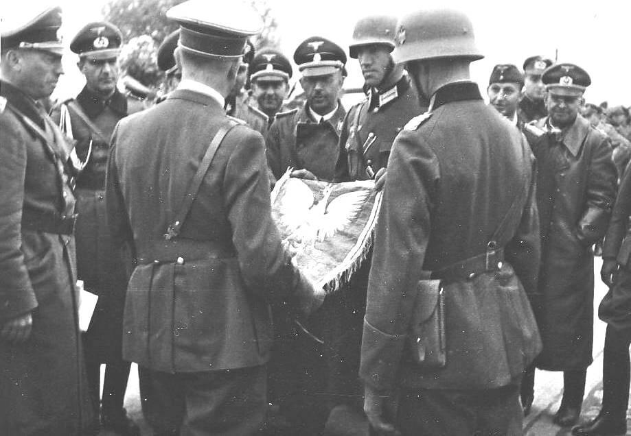 Hitler otrzymuje od niemieckich żołnierzy polskie godło W tle widoczny jest Heinrich Himmler