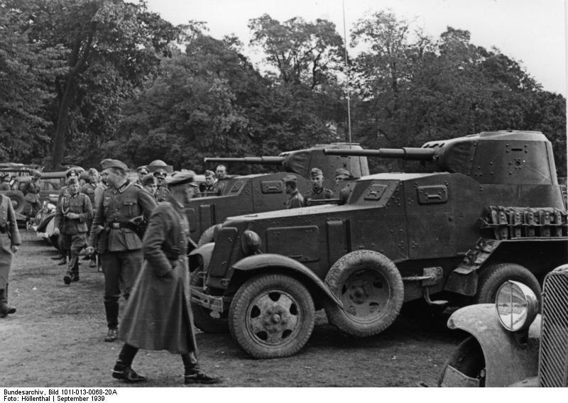 Żołnierze niemieccy oglądają radzieckie samochody pancerne BA-10 w Lublinie.