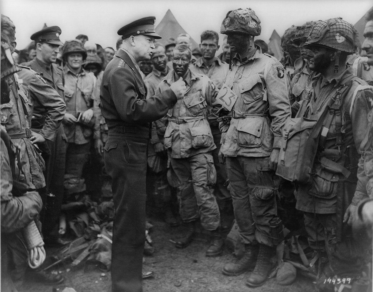 Generał Dwight D. Eisenhower (później także prezydent USA) spotyka się z żołnierzami ze słynnej 101 Dywizji Powietrznodesantowej. Do rozpoczęcia operacji zostały już tylko godziny (5 czerwca 1944).