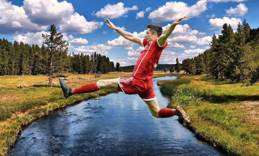 Robert Lewandowski skacze przez rzekę