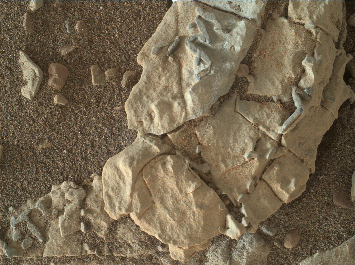 Marsjańska skała na zdjęciu wykonanym przez Curiosity