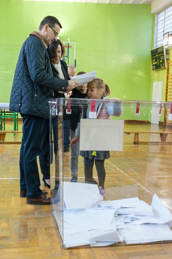 Premierowi Mateuszowi Morawieckiemu podczas głosowania towarzyszyła rodzina