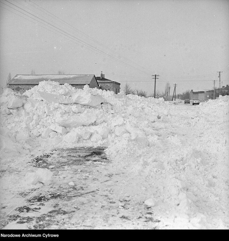 Zima stulecia w Starych Babicach. Hałdy śniegu na drodze. W oddali zabudowania wsi