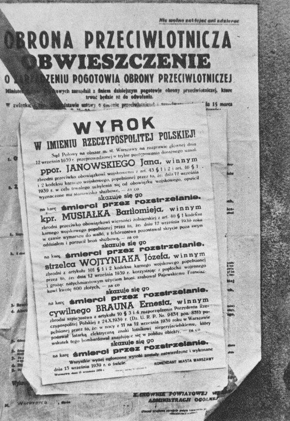 Obwieszczenie o wykonaniu kary śmierci na dezerterach i dywersantach Ostatni wymieniony, o niemiecko brzmiącym nazwisku, miał przy użyciu latarki oznaczać dla wrogiego lotnika cel. Został stracony za szpiegostwo