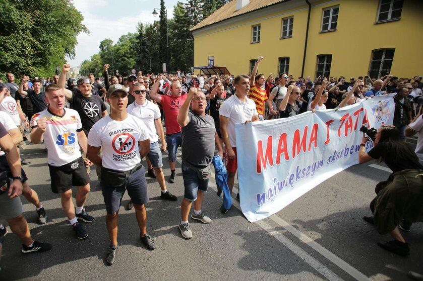 Osoby blokujące Marsz Równości w Białymstoku