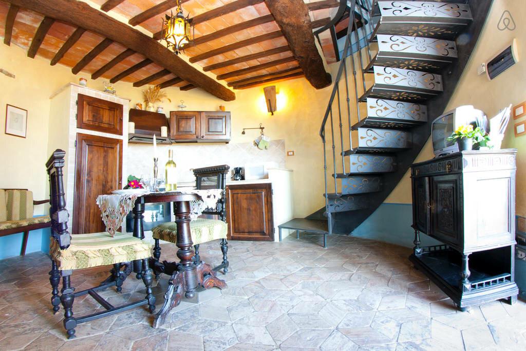 Wieża zamku z późnego średniowiecza, Umbria, Włochy, od 249$/noc