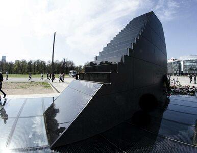 """Napis """"Aborcja jest OK"""" na pomniku smoleńskim. Sprawą zajęła się policja"""
