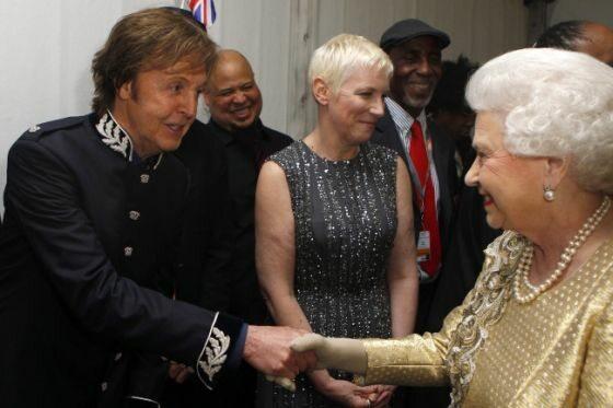 Królowa dziękuje artystom (fot. DAVE THOMPSON /EPA/PAP)