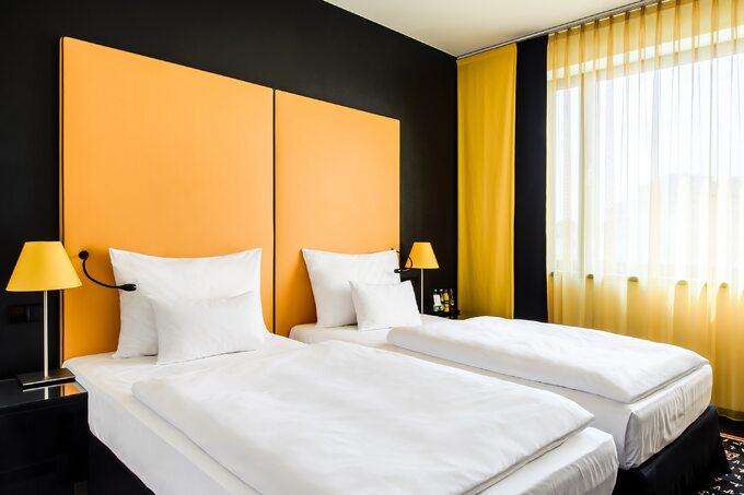 Vienna House Easy Katowice żółty pokój