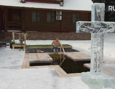 Putin tradycyjnie zanurzył się w lodowatej wodzie. Przeżegnał się przed...