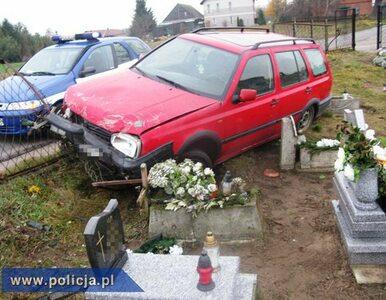 """Pijany kierowca """"zaparkował"""" auto na cmentarzu"""