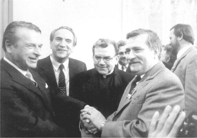 Kiszczak iWałęsa. Zanimi widoczni Ryszard Reiff orazksiądz Alojzy Orszulik