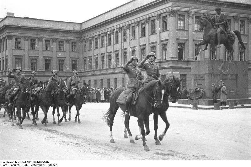 """Parada niemieckich wojsk przed Pałacem Saskim w Warszawie Oryginalny podpis: """"Parada wojsk niemieckich. Żołnierze na koniach"""""""