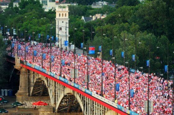 Kibice na moście Poniatowskiego w Warszawie po meczu Grecja-Polska (fot. PAP/Grzegorz Jakubowski)