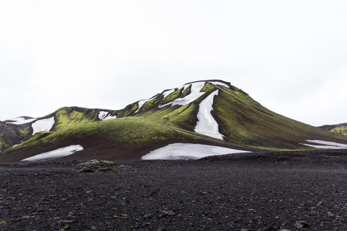 Islandia green mountain under white sky