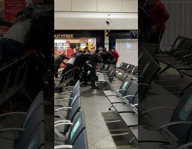 Potężna bójka na lotnisku. Kilkadziesiąt walczących osób na nagraniach,...