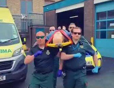 Ratownicy tańczyli z noszami jak z trumną. Internautom ich żart nie...