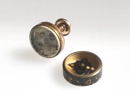 Kompas ukryty w spince do mankietu