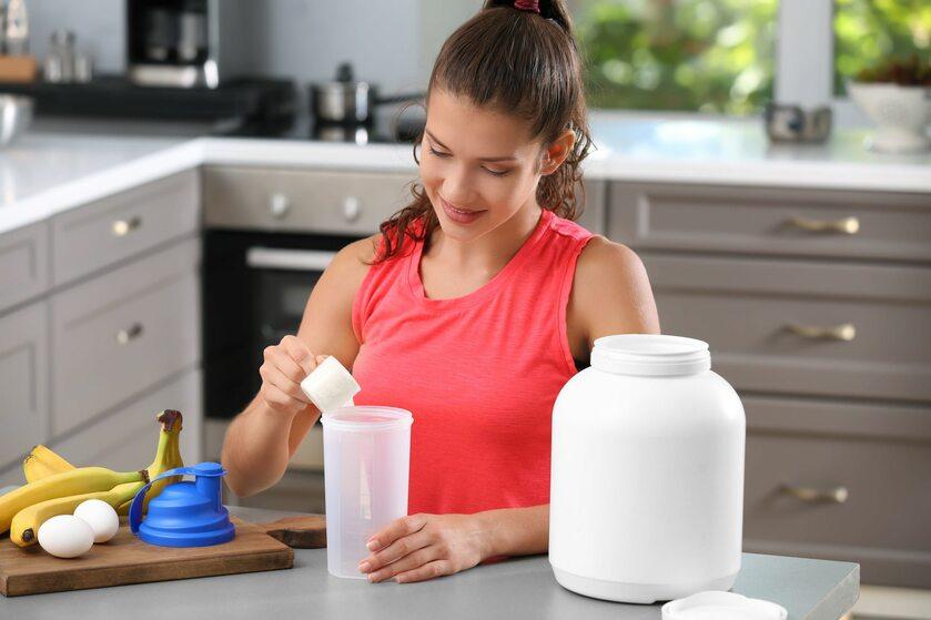 Kobieta przygotowująca koktajl białkowy