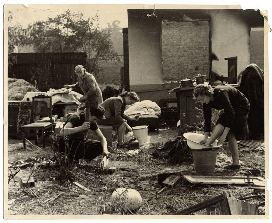 Życie codzienne w ruinach domu. Chłopiec z siekierą to Albert Turowski. Po wojnie zostanie aktorem filmowym