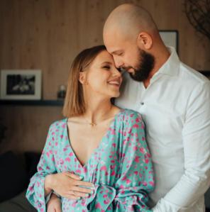 Agnieszka Kaczorowska z rodziną. Aktorka promienieje w ciąży