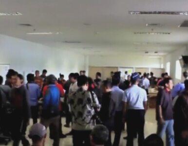 Rodziny pasażerów zaginionego samolotu AirAsia zbierają się na lotnisku...