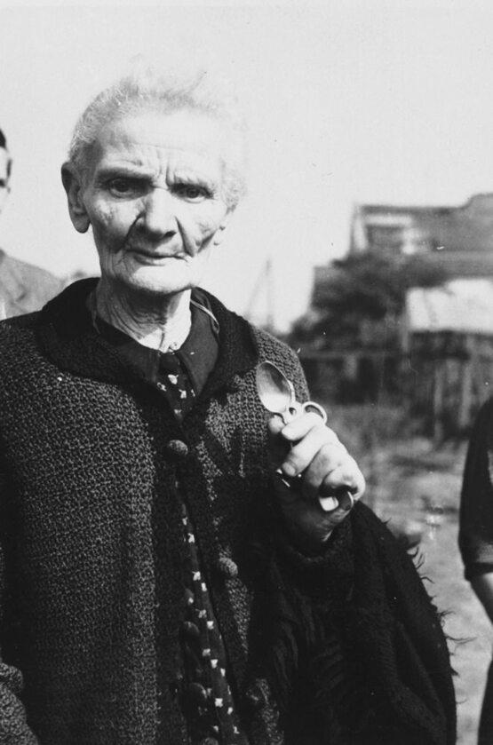 Pani Jaworska trzyma w ręku cały swój dobytek: dwie srebrne łyżki i nożyczki. Jej dom został zburzony w trakcie bombardowania, tylko tyle udało się ocalić