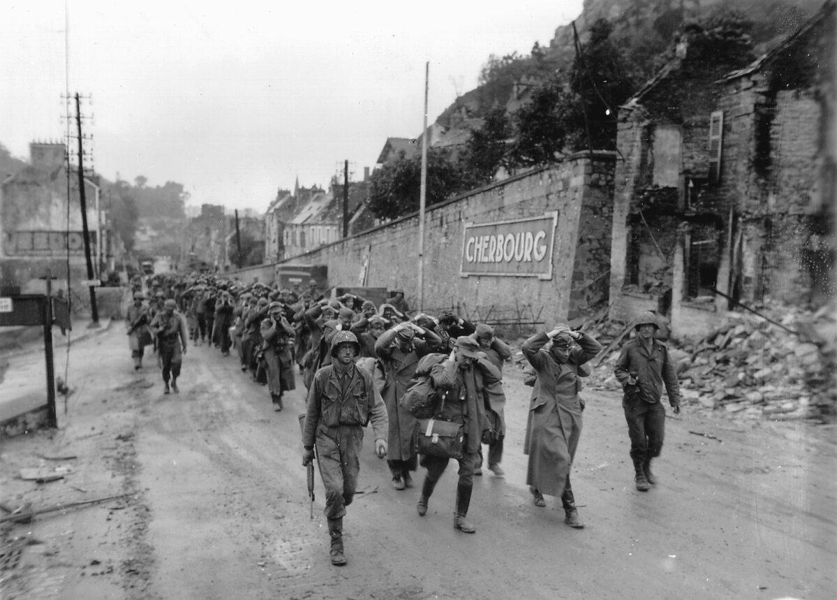 Zwycięzcy i pokonani. Niemieccy jeńcy prowadzeni przez ulicę Cherbourga.