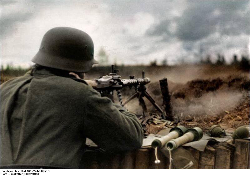 Front wschodni: żołnierz niemiecki wyposażony w karabin maszynowy MG-34 (1942 r.) bok niego leżą przygotowane do użycia granaty (1942 r.)