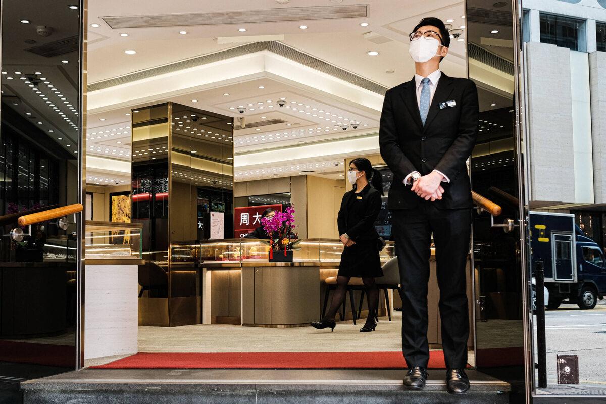 Ochroniarz przed pustym sklepem z biżuterią w Hongkongu (8 lutego)