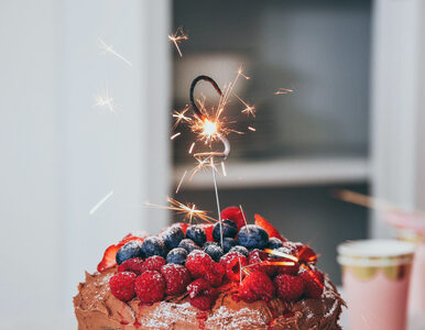 Krojenie tortu urodzinowego może być bardzo efektowne. Ten sposób...